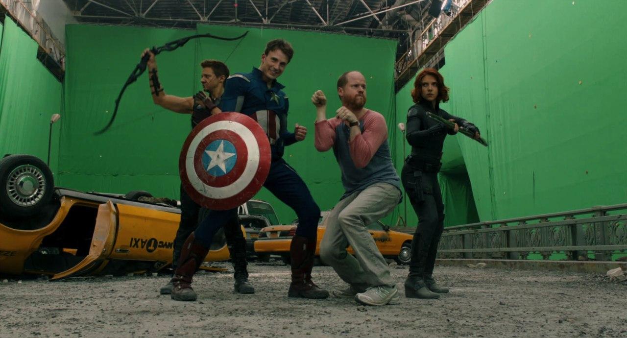 Joss Whedon et les avengers (Jeremy Renner, Chris Evans et Scarlett Johansson) lors du tournage du premier film