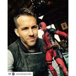 Ryan Reynolds découvrant la figurine de son personnage